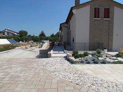 Pavimento per esterni modello sassi del piave questa for Modello di layout del pavimento